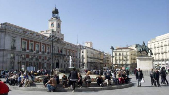 La Puerta del Sol de Madrid, con la Real Casa de Correos, sede del gobierno regional a la izquierda.