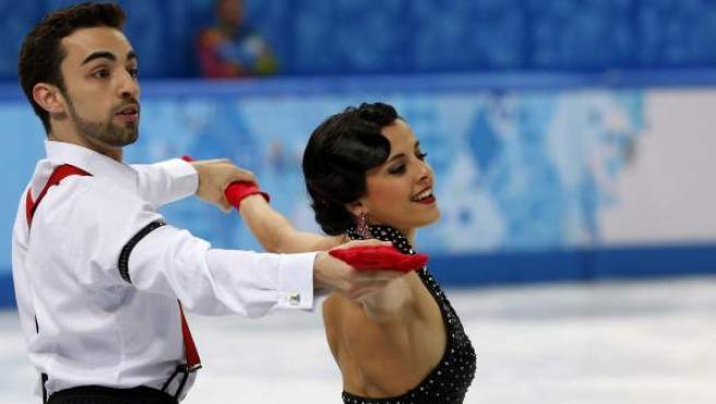 Los patinadores españoles Sara Hurtado y Adrià Diaz, durante la ejecución del programa corto en los Juegos Olímpicos de Sochi 2014.
