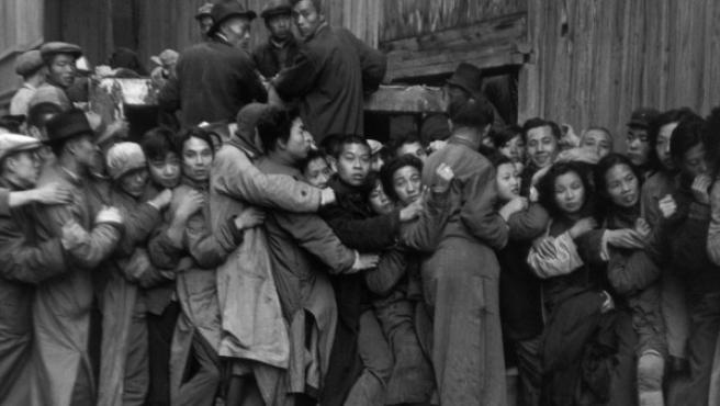 Multitud ante un banco de Shanghai intentando retirar depósitos ante el inminente triunfo de la revolución maoísta