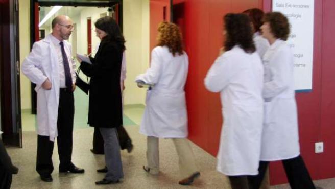 Varios sanitarios en un centro de salud
