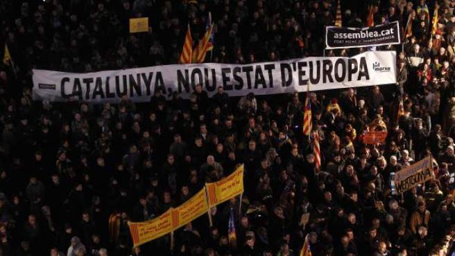 Miles de personas han llenado la plaza Sant Jaume de Barcelona en respuesta a la convocatoria en defensa de la escuela catalana y del modelo de inmersión lingüística de la plataforma Somescola.cat.