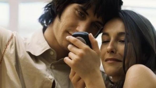Una pareja se divierte con su móvil.