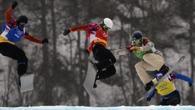 El español Lucas Eguibar (c) y el estadounidense Alex Deibold (2-d) compiten durante los octavos de final del Snowboard Cross masculino de los Juegos Olímpicos de Invierno Sochi.