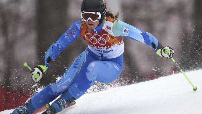 La eslovena Tina Maze en acción durante la segunda manga del Gigante de esquí alpino de los Juegos Olímpicos de Invierno Sochi 2014.