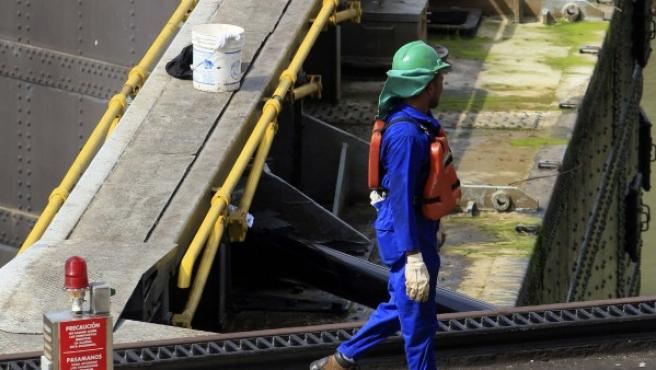Un trabajador camina por la esclusa de Miraflores en el Canal de Panamá.