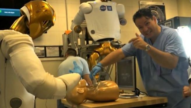 Robonaut 2 o R2 practicando un procedimiento médico de emergencia.