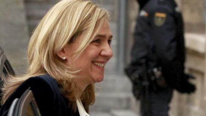 La infanta Cristina, sonriente mientras baja del coche que la trasladó a los juzgados de Palma para declarar como imputada en el 'caso Noós'.
