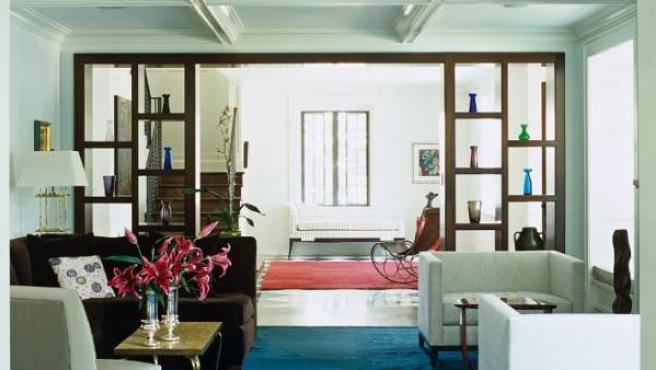 Una estilizada estantería funciona también como leve muro y pórtico.