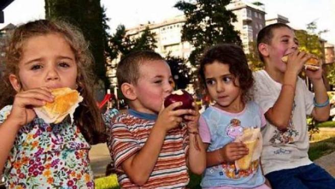 Una alimentación sana resulta clave para evitar la obesidad infantil.