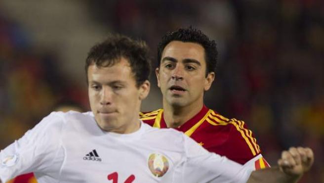 Xavi trata de robar un balón ante Bielorrusia en el estadio de Son Moix, en Palma.