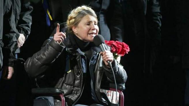 La ex primera ministra ucraniana y líder opositora Yulia Timoshenko, dirigiéndose a los manifestantes de la plaza de la Independencia en Kiev tras ser puesta en libertad.