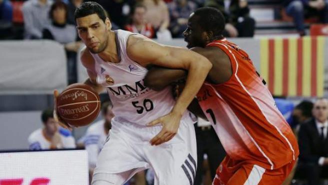 El tunecino del Real Madrid Salah Mejri ataca al Manresa, defendido por Vernon Goodridge.