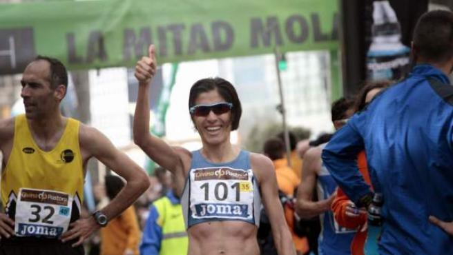 La maratoniana lucense Alessandra Aguilar celebra en la meta del Medio Maratón de A Coruña su nuevo título de campeona de España de la modalidad.