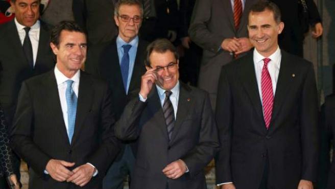 El president de la Generalitat, Artur Mas, posando en una fotografía de grupo en la inauguración del Mobile World Congress, junto al Príncipe Felipe y al ministro de Industria, José Manuel Soria.