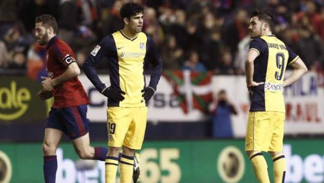 Diego Costa y David Villa, con gesto de impotencia ante uno de los goles del Osasuna.