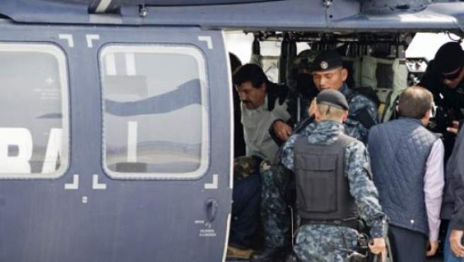 El narcotraficante 'Chapo' Guzmán es trasladado en un helicóptero de la marina mexicana tras ser arrestado.