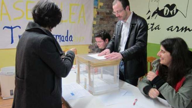 Una militante de Anova vota en la mesa habilitada para ello en Santiago