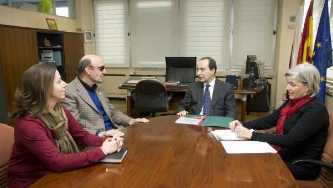 Reunión alcalde de San Felices de Buelna-consejero de Educación, M.A. Serna