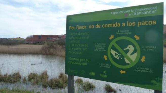 Cartel informativo en Las Llamas sobre la alimentación a los patos