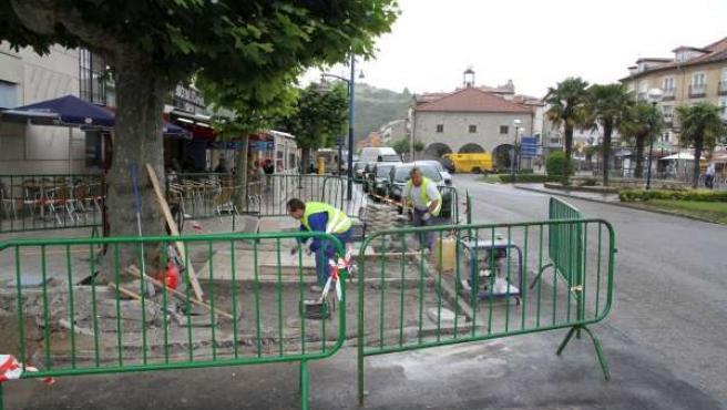 Obras de reparación de anomalías en la vía pública en Laredo