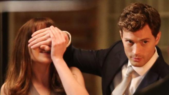 Dakota Johnson y Jamie Dornan en el rodaje de 'Cincuenta sombras de Grey'.