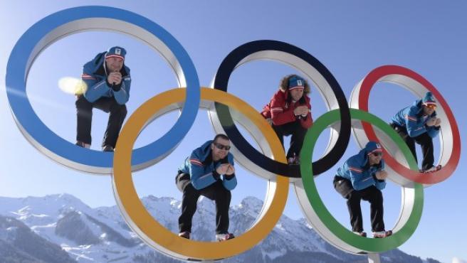 Los esquiadores austriacos (de izda a dcha) Georg Streitberger, Klaus Kroell, Max Franz, Joachim Puchner y Romed Baumann posan en los aros olímpicos durante los entrenamientos oficiales.