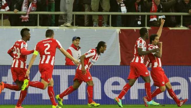 El jugador del Olympiacos Alejandro Domínguez (d) celebra un gol con sus compañeros ante el Manchester United.
