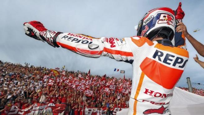 Márquez saluda a los fans.