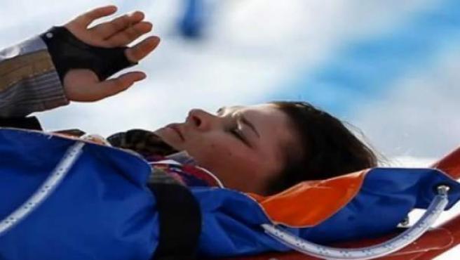 La esquiadora freestyle rusa Maria Komissarova es evacuada por los servicios médicos tras sufrir una grave caída en Sochi.