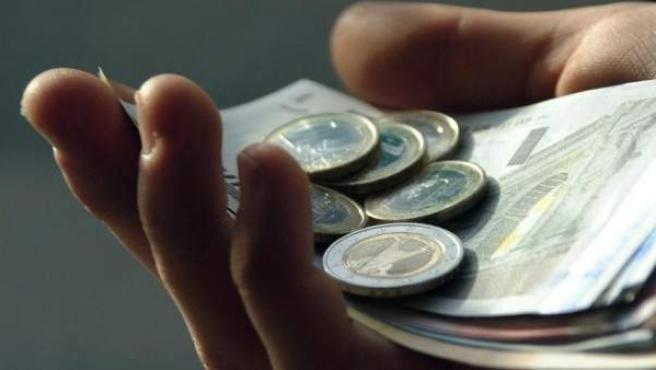 La mayoría de los españoles cree que lo que pagan les benefician poco o nada.