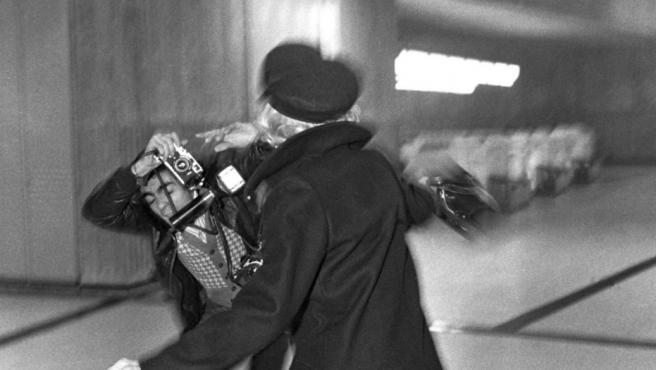La actriz Marlène Dietrich agrede al fotógrafo Francis Apesteguy en 1975. La escena la captó el paparazzi Cécile Angeli