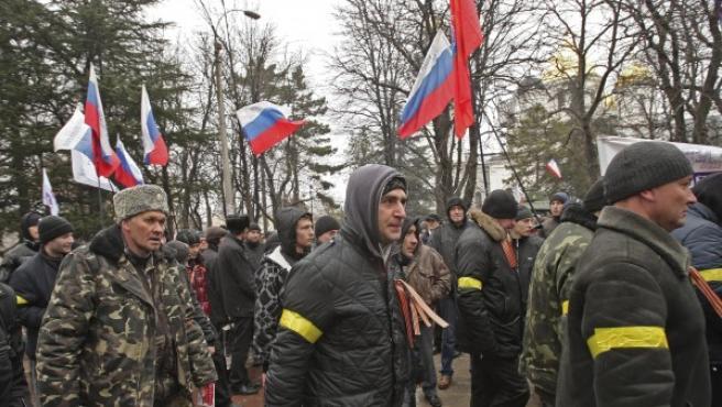 Activistas prorrusos se concentran delante del Parlamento de la región autónoma de Crimea, en Simferópol (Ucrania).