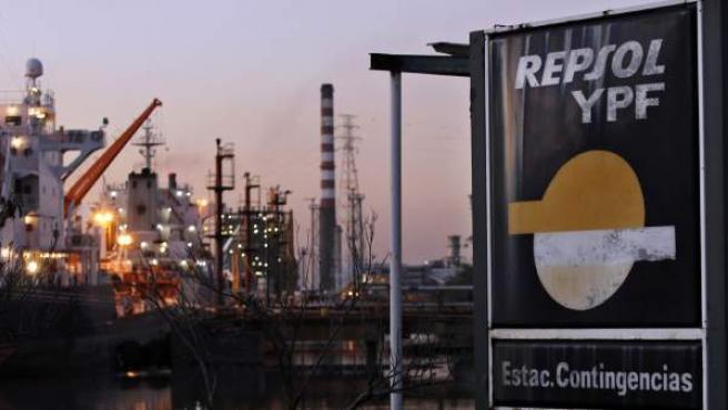 Instalaciones de la petrolera YPF en una imagen de archivo.