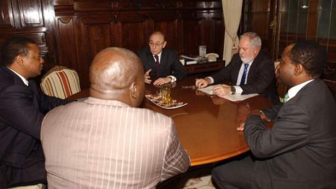 Antonio Fernández Mazarambroz, en el centro de la imagen, en una reunión con el ministo de Agricultura y empresarios congoleños en 2012.