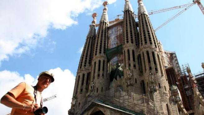 Un visitant davant de la Sagrada Família en obres.