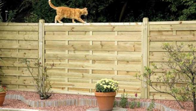 La madera es el material ideal: es más calido y se integra en el jardín.