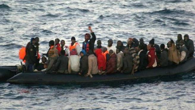 Imagen de archivo de una patera con decenas de inmigrantes en aguas de Melilla.