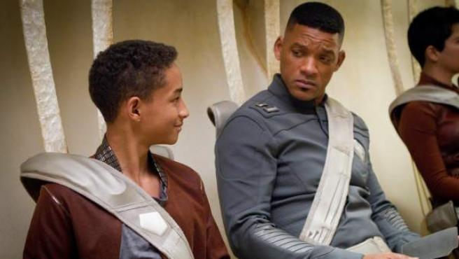 Jaden Smith y su padre, Will Smith, en un fotograma del filme de ciencia ficción 'After Earth'.