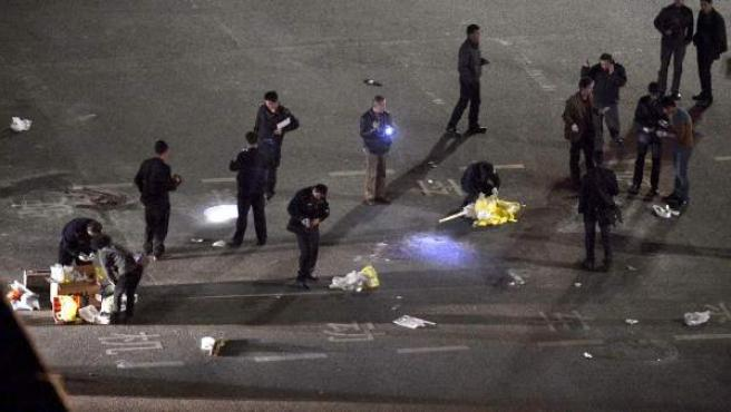Varios agentes inspeccionan en el lugar donde ha tenido lugar el ataque.