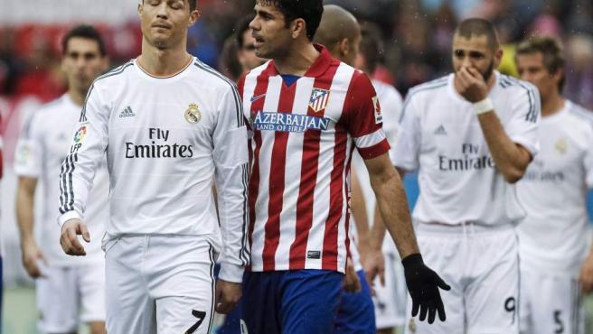 El delantero del Atlético de Madrid Diego Costa (d) conversa con el delantero portugués del Real Madrid Cristiano Ronaldo (i).