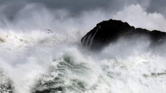 Fuerte oleaje frente a la costa de Santander, en Cantabria.