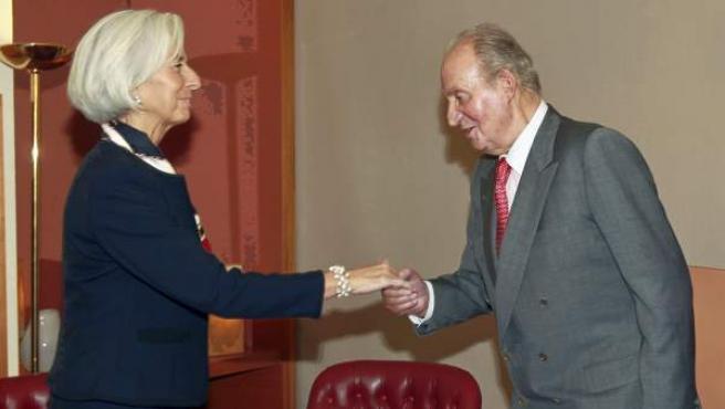 El rey Juan Carlos saluda a la presidenta del FMI, Christine Lagarde, a la llegada de ésta a Bilbao, donde participa en un foro económico.