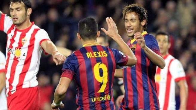 Alexis es felicitado por Neymar tras marcar ante el Almería.