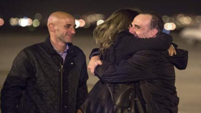 Imagen facilitada por el Periódico de Catalunya, de la llegada del periodista de la sección de internacional del diario catalán, Marc Marginedas (d), recibido por sus hermanos a su llegada al aeropuerto de El Prat, tras su liberación después de seis meses de secuestro en Siria.