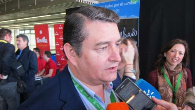 Antonio Sanz este domingo atendiendo a los medios