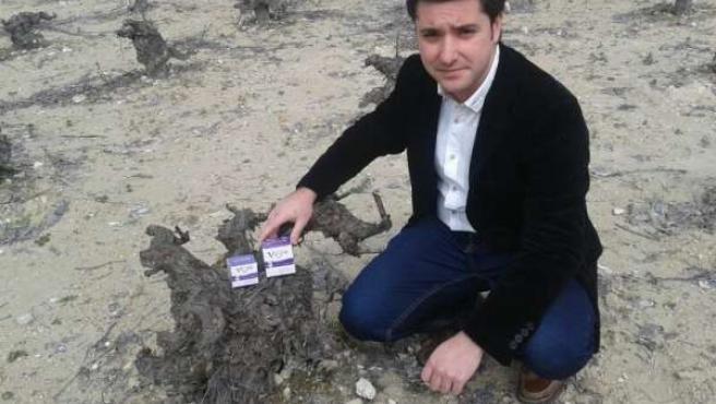 Juan Carlos Romera con los productos de 'Vigne Cosmetiques'