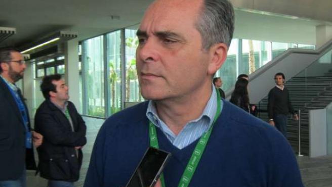 Juan Bueno atendiendo a los periodistas en Fibes