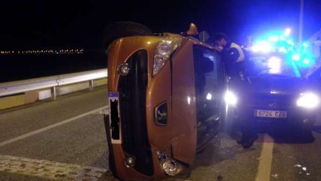 Coche volcado tras intentar huir en Cádiz