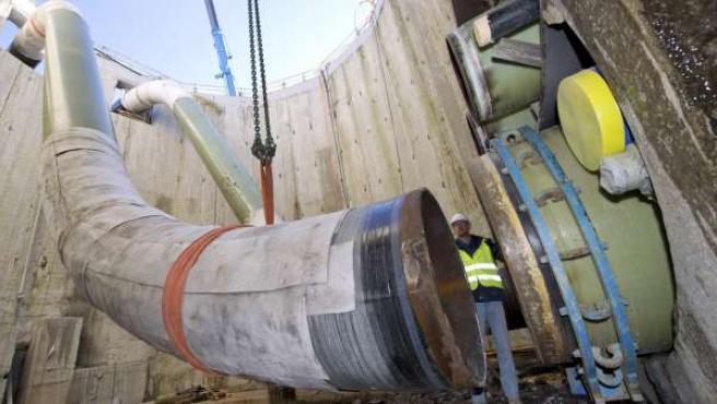 Operarios instalan un gasoducto.
