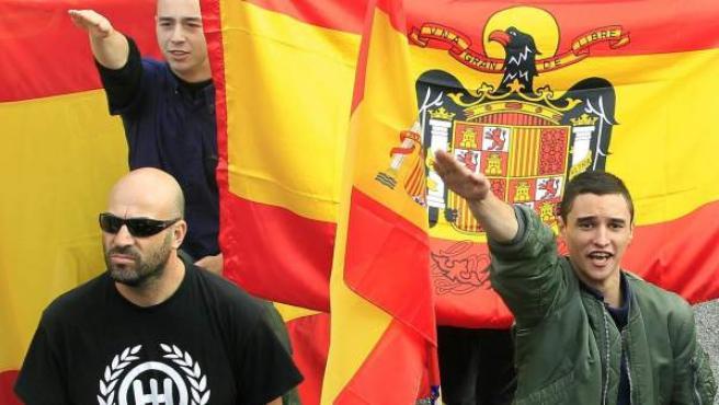 Un grupo de manifestantes realiza el saludo fascista en la manifestación por la unidad de España en Barcelona, el día 12 de octubre.